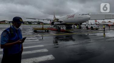 Pesawat Batik Air Airbus 330-300CEO bersiap untuk diberangkatkan ke Wuhan dari Terminal 1 H Bandara Soekarno Hatta, Tangerang, Banten, Sabtu (1/2/2020). Sebanyak 250 WNI di Hubei yang tersebar di tujuh lokasi termasuk di Wuhan akan dijemput oleh sejumlah tenaga medis dari Indonesia. (merdeka.com/Ima