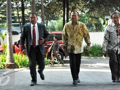 Mantan Sekjen Partai Nasdem, Patrice Rio Capella (tengah) didampingi pengacaranya tiba di Gedung KPK, Jakarta, Jumat (16/10). Rio akan diperiksa sebagai saksi kasus dugaan suap penanganan perkara Bansos Provinsi Sumut. (Liputan6.com/Helmi Afandi)