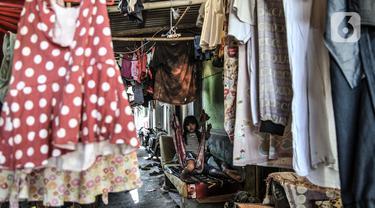 Anak-anak bermain di permukiman padat penduduk kawasan Cakung, Jakarta, Senin (15/2/2021). Badan Pusat Statistik (BPS) mengungkapkan persentase penduduk miskin Indonesia naik 0,97 persen akibat pandemi Covid-19 atau meningkat 2,76 juta orang pada September 2020. (merdeka.com/Iqbal S Nugroho)