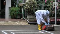 Tenaga kesehatan membawa barang bawaan pasien di Graha Wisata TMII, Jakarta, Selasa (22/6/2021). Lonjakan kasus aktif Corona menyebabkan kapasitas kamar isolasi pasien OTG Covid-19 di Graha Wisata TMII telah terisi penuh usai pada hari ini tercatat kedatangan 6 pasien. (merdeka.com/Iqbal S Nugroho)