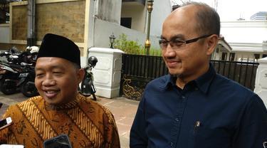 Ketua Fraksi PKS DPRD DKI Abdurrahman Suhaimi (memakai kopiah) yang mengajak calon wagub DKI Jakarta Agung Yulianto (berbaju biru).