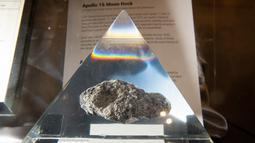 Batu dari Bulan terpajang dalam wadah kaca akrilik jelang perayaan 50 tahun misi Apollo di atas kapal USS Hornet, Alameda, California, Amerika Serikat, Selasa (16/7/2019). Sampel batu Bulan pertama kali dikumpulkan oleh astronot Apollo 11 Neil Armstrong dan Buzz Aldrin. (JOSH EDELSON/AFP)