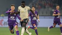 Bek Manchester United (MU) Axel Tuanzebe (kanan) menghadapi Perth Glory pada laga uji coba di Optus Stadium, Sabtu (13/7/2019). (Twitter ManUtd)