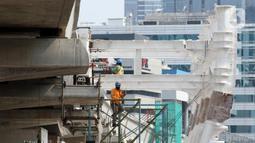 Pekerja melakukan aktivitas pemasangan penyangga Stasiun LRT di Jalan HR Rasuna Said, Jakarta, Sabtu (30/11/2019). Per 22 November 2019, progres pembangunan lintas dua rute Cawang- Dukuh Atas mencapai 59 persen, dan lintas tiga rute Cawang-Bekasi Timur 60,6 persen. (Liputan6.com/Helmi Fithriansyah)