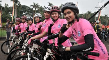 Sejumlah polisi wanita (Polwan) saat mengawal peserta acara Gowes Bersama Indonesia Damai #iRide4Peace di Jakarta, Minggu (4/11). Acara bersepeda bersama ini dibalut deklarasi untuk mendukung Pemilu damai. (Merdeka.com/ Iqbal S. Nugroho)