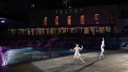 Anggota La Scala Theatre Ballet tampil di kolam renang Bagni Misteriosi, Milan, Italia, 12 Juli 2021. Orkestra, paduan suara, dan balet La Scala mengadakan 14 konser di Milan dengan repertoar berjalan dari jazz ke Vivaldi dan Donizetti, melalui Brahms, Bach dan Rachmaninov. (MARCO BERTORELLO/AFP)