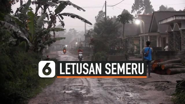 Sejumlah warga di Desa Supit Urang Lumajang meninggalkan rumahnya usai Gunung Semeru memuntahkan lava pijar disertai hujan abu. Warga setempat mengaku mendengar ledakan berkali-kali dari arah Gunung Semeru.