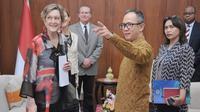 Direktur US Peace Corps (PC) Jody Olsen bertemu dengan Wamenlu RI Mahendra Siregar. (Dokumentasi Kemlu RI)