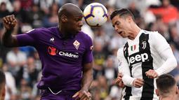 Striker Juventus, Cristiano Ronaldo, duel udara dengan gelandang Fiorentina, Bryan Dabo, pada laga Serie A 2019 di Stadion Juventus, Sabtu (20/4). Juventus menang 2-1 atas Fiorentina. (AFP/Marco Bertorello)