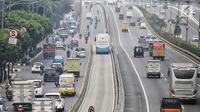 Sejumlah kendaraan roda empat melintas di jalan kawasan Gatot Subroto, Jakarta, Rabu (1/8). (Liputan6.com/Faizal Fanani)