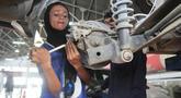Montir perempuan Pakistan Uzma Nawaz (24) memperbaiki mobil di sebuah bengkel kota Multan, 1 September 2018. Sejak menjadi montir perempuan pertama di Pakistan yang konservatif, Uzma kerap menghadapi dua reaksi umum, terkejut dan syok. (S.S. Mirza/AFP)