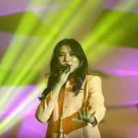 Isyana Sarasvati di Konser 30 Tahun Kahitna (Nurwahyunan/Bintang.com)