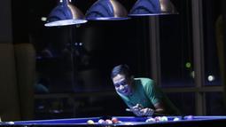 Pemain Timnas Indonesia, Evan Dimas, tertawa saat bermain biliar dengan Riko Simanjuntak di Hotel Grand Zuri, Jawa Barat, Minggu (4/11). Pemusatan latihan Timnas ini merupakan persiapan jelang Piala AFF 2018. (Bola.com/M Iqbal Ichsan)
