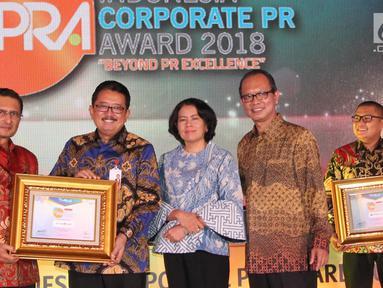 Direktur Bisnis Bank DKI, Antonius W. Mulyono (kedua dari kiri) menerima penghargaan Indonesia Corporate PR Award 2018 kategori Top 8 Popular Company in Banking Sector dari Fadel Muhammad di Jakarta, (24/08). (Liputan6.com/HO/Budi)
