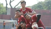 Empat kiper Persik Kediri di Liga 1 2021/2020: Dikri Yusron, Dian Agus Prasetyo, Misbahul Akmal Santoso, dan Fajar Setya Jaya.(Bola.com/Gatot Susetyo)