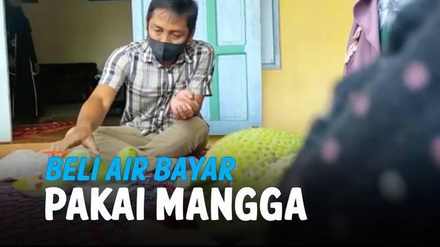 Warga di Tanjung Bumi, Bangkalan Jawa Timur punya cara unik untuk membeli air bersih. Warga membayar air bersih dengan buah seperti mangga dan nangka.