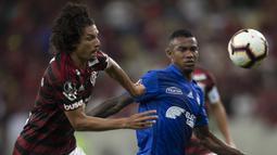 Pemain Flamengo, Willian Arao, berebut bola dengan pemain Emelec, Daniel Angulo, pada laga Copa Libertadores di Stadion Maracana, Rio de Janeiro, Rabu (31/7). Flamengo lolos ke babak perempat final. (AFP/Mauro Pimentel)