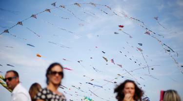 Sejumlah layang-layang menghiasi langit selama Festival Layang-layang Internasional Dieppe ke-20 di Dieppe, Prancis barat laut, Minggu (9/9). Acara yang diadakan hingga 16 September ini mengumpulkan ribuan orang dari 34 negara. (AFP/CHARLY TRIBALLEAU)