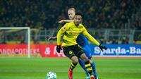 Penyerang Borussia Dortmund, Pierre-Emerick Aubameyang, dianggap sebagai sosok yang layak untuk menggantikan Antoine Griezmann di lini depan Atletico Madrid. (AFP/Guido Kirchner)