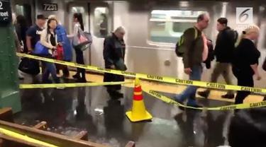 Air terus menetes dari langit-langit stasiun kereta bawah tanah di AS. Hingga kini penyebab kebocoran belum diketahui.