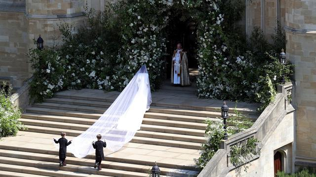 Meghan Markle tiba untuk melangsungkan pernikahannya dengan Pangeran Harry di St George's Chapel, Kastil Windsor, Windsor, Inggris, Sabtu (19/5). Meghan mengenakan gaun putih panjang di hari pernikahannya. (Andrew Matthews/POOL/AFP)
