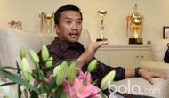 Menpora, Imam Nahrawi  saat diwawancara tim bola.com di Kantor Kemenpora, Jakarta, Selasa (03/04/2017). Pertemuan ini untuk mendengar tanggapan Menpora terkait kesiapan  Asian Games 2018. (Bola.com/Nicklas Hanoatubun)