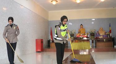 Polwan Polres Kebumen membersihkan ruang dalam Vihara Maha Dhana, Kebumen. (Liputan6.com/Polres Kebumen/Muhamad Ridlo)