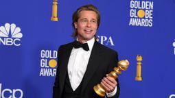 Aktor Brad Pitt berpose saat menghadiri Golden Globes 2020 di Beverly Hills, California, Amerika Serikat, Minggu (5/1/2020). Brad Pitt terpilih sebagai aktor pendukung terbaik di Golden Globes 2020 lewat perannya dalam film 'Once Upon a Time in Hollywood'. (Kevin Winter/Getty Images/AFP)