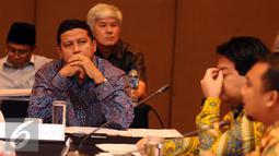 Ketua Bawaslu RI, Muhammad (kedua kiri) menyimak paparan moderator saat Evaluasi Tahapan Penyelenggaraan Pilkada Serentak 2015 yang dilaksanakan KPU Pusat di Jakarta, Senin (15/2/2016). (Liputan6.com/Helmi Fithriansyah)