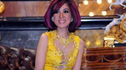 Sonia Wibisono tampak terlihat muda dengan gaya rambut bob pendek berwarna ungu dan hitam, Jakarta, Selasa (18/11/2014). (Liputan6.com/Panji Diksana)