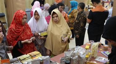 Pengunjung melihat produk coklat dalam pameran kakao dan coklat di Kementerian Perindustrian, Jakarta, Selasa (17/9/2019). Kemenprin mengusulkan pengenaan PPN sebesar 0% bagi produsen industri pengolahan kakao guna meningkatkan daya saing produk dalam negeri. (Liputan6.com/Angga Yuniar)