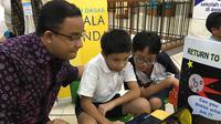 Siswa-siswi sekolah dasar yang terlibat di ekskul Coder Camp memberikan penjelasan kepada Mendikbud Anies Baswedan tentang game yang mereka buat.