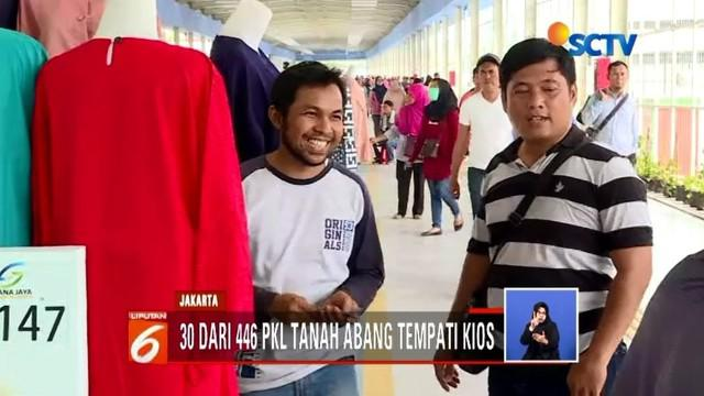 Puluhan PKL terlihat antusias untuk menempati lapak dagang baru di Skybridge Tanaha Abang. Bahkan, sebagian besar PKL telah memulai aktivitas jual beli mereka.