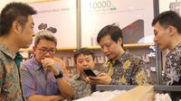 Founder & CEO Xiaomi, Lei Jun melihat-lihat produk Xiaomi di Authorized Mi Store yang baru dibuka di Summarecon Mall Bekasi, Jawa Barat, Selasa (26/9). (Doc: Xiaomi)
