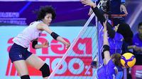 Pemain timnas voli putri Indonesia (biru) mencoba memblok smes pemain Korea Selatan pada laga perdana Pul B Kualifikasi Olimpiade 2020 Tokyo di Korat Chatchai Hall, Nakhon Ratchasima, Thailand, Selasa (7/1/2020). (foto: AVC)