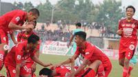Pemain Semen padang FC berselebrasi setelah gol kedua yang diciptakan Manda Cingi ke gawang Persik Kendal pada lanjutan Liga 2 2018, Selasa (3/7/2018). (Bola.com/Arya Sikumbang)