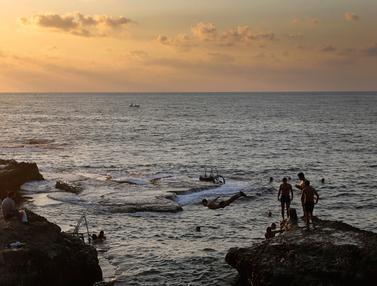 Serunya Berenang Sambil Menikmati Matahari Terbenam di Laut Lebanon