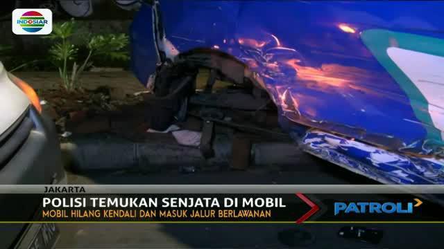 Diduga hilang kendali, mobil minibus keluar jalur dan menabrak mobil oprasional PLN  di Kawasan Kebon Jeruk.