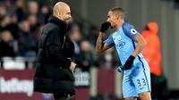 Pep Guardiola memberikan arahan kepada Gabriel Jesus dalam pertandingan melawan West Ham United (1/2/2017). (doc. Manchester City)