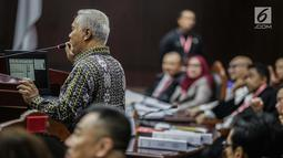 Pakar IT Profesor Marsudi Wahyu Kisworo memberi keterangan dalam sidang sengketa Pilpres 2019 di Gedung MK, Jakarta, Kamis (20/6/2019). Namun, untuk website Situng, Marsudi mengatakan, bisa saja disusupi hingga diretas namun hal itu tak berdampak. (Liputan6.com/Faizal Fanani)