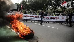Massa yang tergabung dalam gerakan nasional tolak reklamasi (Gentar) membakar ban saat aksi didepan Gedung Balaikota, Jakarta, Rabu (8/7/2020). Dalam aksinya mereka meminta Gubernur DKI Jakarta Anies Baswedan untuk menghentikan Reklamasi Pantai Ancol. (Liputan6.com/Faizal Fanani)