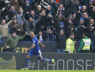 Pemain Leicester City, Leonardo Ulloa merayakan golnya ke gawang Norwich City bersama suporter pada lanjutan Liga Inggris pekan ke-27 di Stadion King Power, Sabtu (27/2/2016) malam WIB. (Reuters/Andrew Yates)