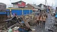 Aktivitas warga di permukiman padat kawasan Muara Angke, Jakarta, Rabu (5/2/2020). Bank Dunia mencatat selama 15 tahun terakhir, Indonesia telah membuat kemajuan luar biasa dalam mengurangi tingkat kemiskinan yang sekarang berada di bawah 10%. (Liputan6.com/Herman Zakharia)