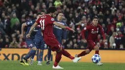 Penyerang Liverpool, Mohamed Salah, melepaskan tendangan penalti ke gawang Crvena Zvezda pada laga Liga Champions, di Stadion Anfield, Rabu (24/10/2018). Liverpool menang 4-0 atas Crvena Zvezda. (AP/Jon Super)