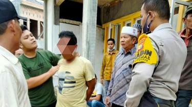 Terduga penghina agama dan penghinaan Al-Qur'an dijemput warga ke rumahnya di Pekanbaru.