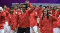 Menpora, Imam Nahrawi, mengikuti flash mob bersama para atlet saat acara pengukuhan kontingen Indonesia di Istora Senayan, Jakarta, Minggu (5/8/2018). Pada Asian Games XVIII, Indonesia menurunkan 938 atlet. (Bola.com/Vitalis Yogi Trisna)