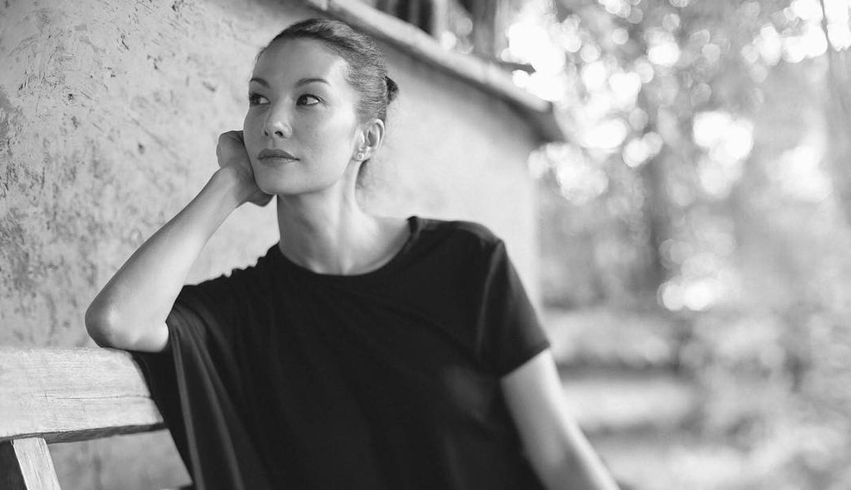 Nadya Hutagalung termasuk salah satu artis Indonesia yang punya wajah yang awet muda. Padahal artis yang memulai kariernya di dunia hiburan ini sudah berumur 43 tahun. (Foto: instagram.com/nadyahutagalung)