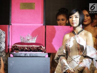 Presiden Miss Grand Indonesia Dikna Faradiba dan Passion Jewelry Airyn Tanu menunjukkan Mahkota Miss Grand Indonesia 2018 pada gelaran Welcome Dinner di Jakarta, Rabu (11/7). Mahkota itu bertahtakan berlian senilai Rp3 miliar. (Liputan6.com/Faizal Fanani)