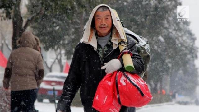 Perjuangan seorang pria Tiongkok di tengah badai salju agar dapat membeli hadiah untuk istrinya.