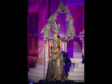 Miss Indonesia 2014, Elvira Devinamira berpose memperagakan busana nasional negaranya dalam ajang kompetisi Miss Universe di Florida, Rabu (21/1/2015). (REUTERS/Miss Universe Organization)